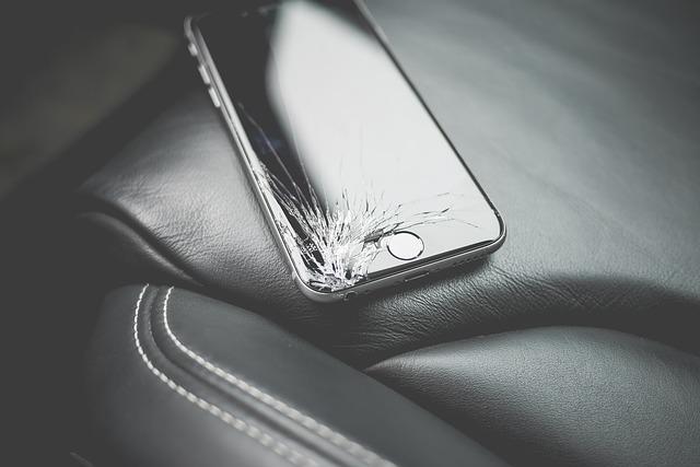 スマートフォンのひび割れ